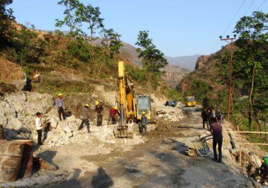 सडक निर्माणमा ढिलासुस्ती गर्ने निर्माण व्यवसायीको तस्वीर सार्वजनिक गरेर विरोध